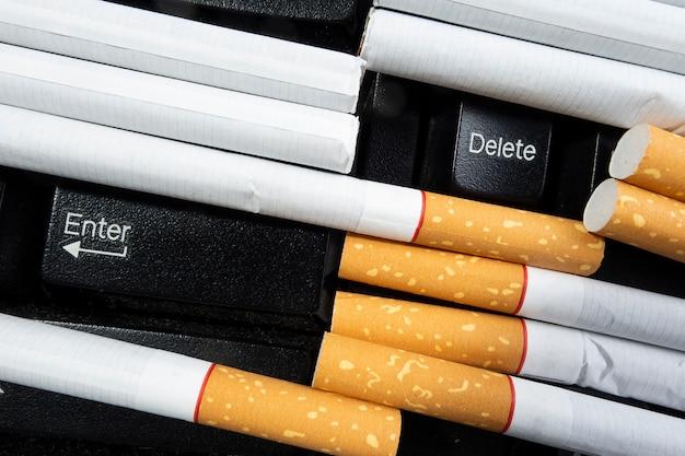 Cigarette sur le clavier 2 choix de presse pour votre santé