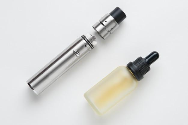 Cigarette électronique et bouteille de liquide.