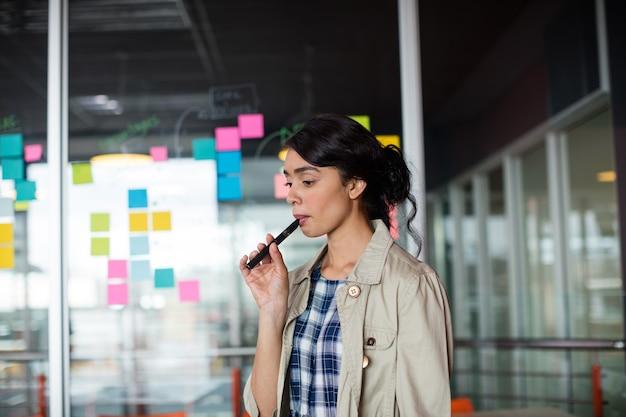 Cigarette électronique fumer exécutif féminin