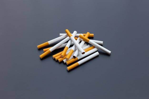 Cigarette sur fond sombre. non fumeur pour le concept de santé