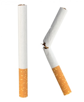 Cigarette unique isolé sur mur blanc