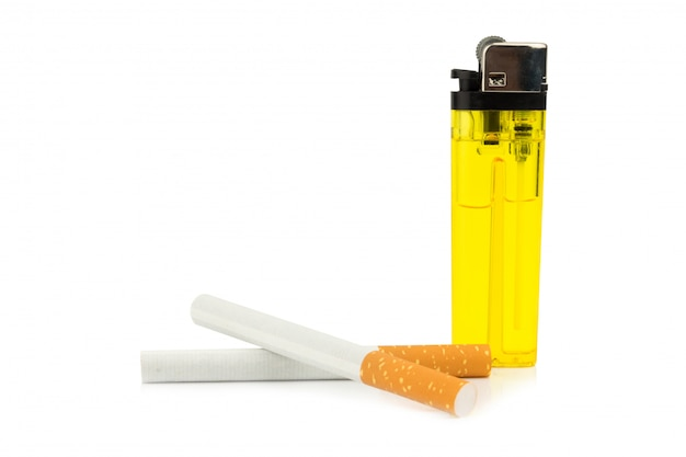 Cigarettes et briquets isolés sur fond blanc