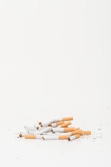 Cigarettes brisées sur fond blanc avec espace de copie pour l'écriture de texte