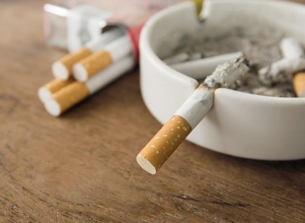 Cigarettes dans un cendrier