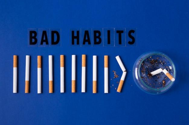 Cigarettes sur fond bleu