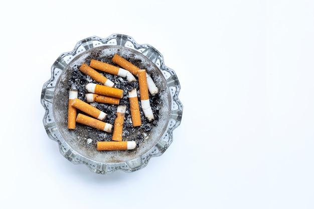 Cigarettes fumées sur fond blanc.