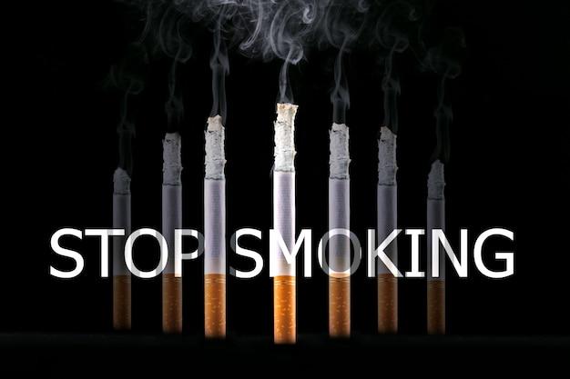 Cigarettes qui brûlent et signe arrêter de fumer. concept de ne pas fumer.