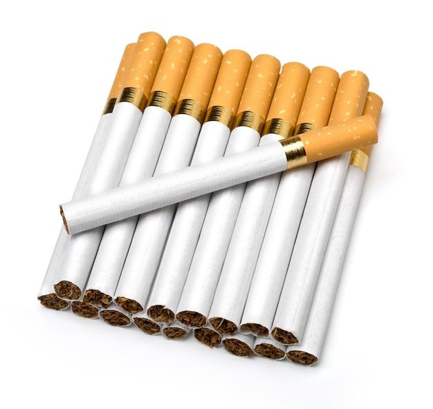 Cigarettes de tabac isolés sur blanc