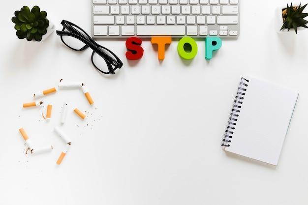 Cigarettes vue de dessus avec le matériel de bureau