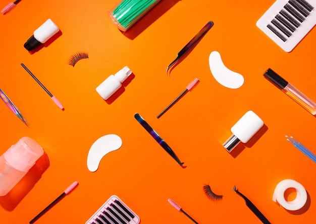 Cils artificiels, patchs et pincettes, vue de dessus