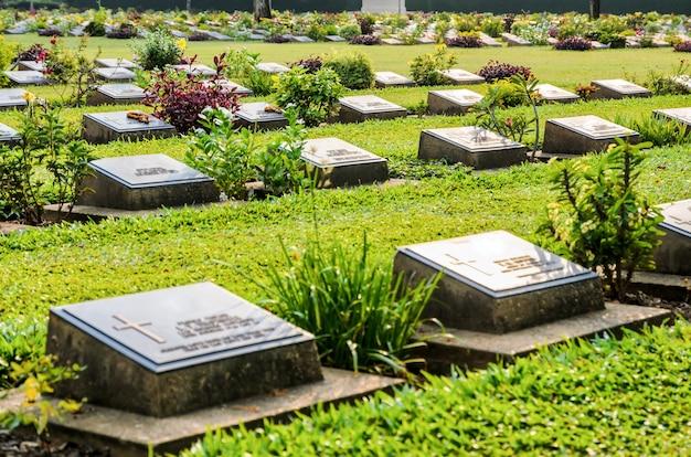 Le cimetière de guerre de kanchanaburi (don rak) est le monument historique des prisonniers alliés de la seconde guerre mondiale décédés lors de la construction du chemin de fer de la mort dans la province de kanchanaburi, en thaïlande