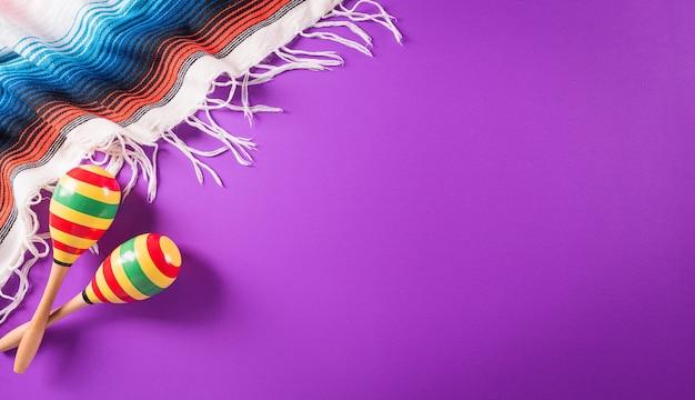 Cinco de mayo vacances fond violet fabriqué à partir de rayures couverture mexicaine maracas