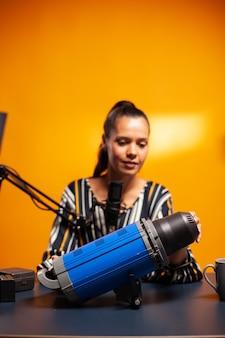 Cinéaste présentant une lumière continue en home studio pour les abonnés