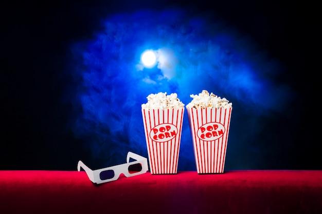 Cinéma avec boîte à pop-corn et lunettes 3d