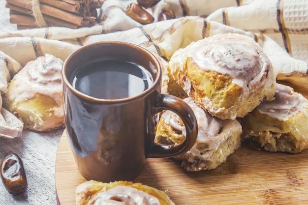 Cinnamon cannelle et crème pour le thé. mise au point sélective.