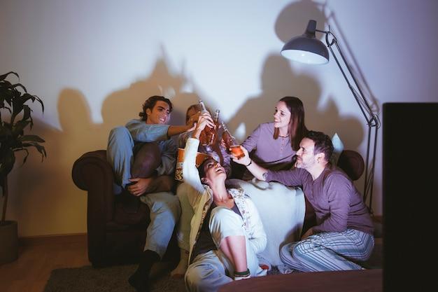 Cinq amis ayant une soirée de cinéma