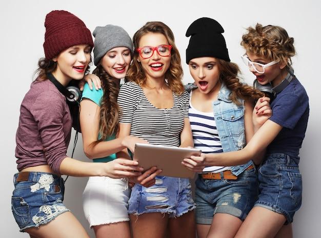 Cinq amis filles hipster prenant selfie avec tablette numérique