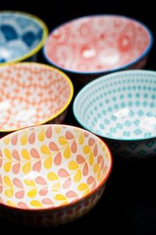 Cinq bols en céramique vides colorés.