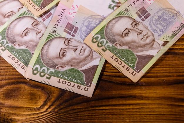 Cinq cents billets de banque ukrainiens de hryvnas sur la table en bois rustique