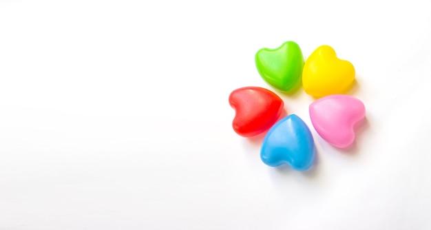 Cinq coeurs multicolores sur fond blanc. concept d'amitié unifié. amour et multi ethnique