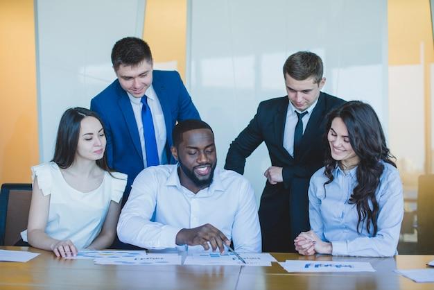 Cinq collaborateurs au bureau