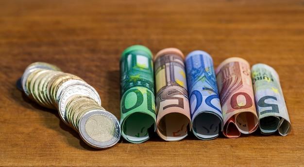 Cinq, dix, vingt, cinquante et cent billets en euros, avec pièces en euros