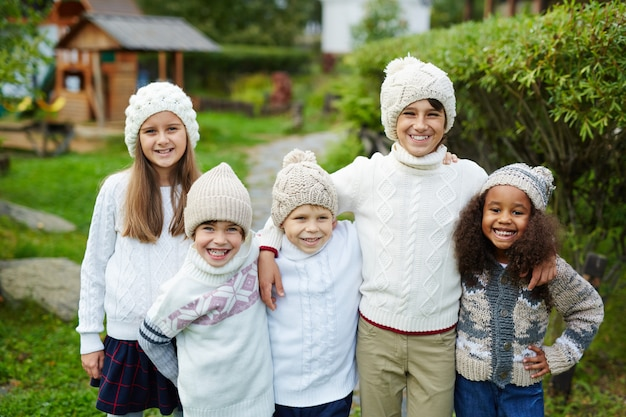 Cinq enfants dans une grande famille