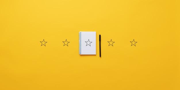 Cinq étoiles sur fond jaune