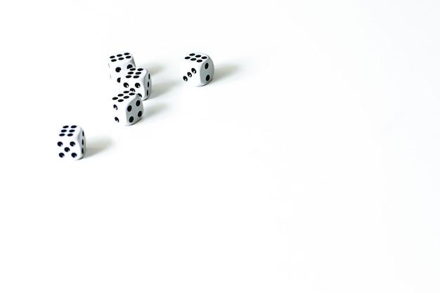 Cinq dés sur fond blanc, le jeu.