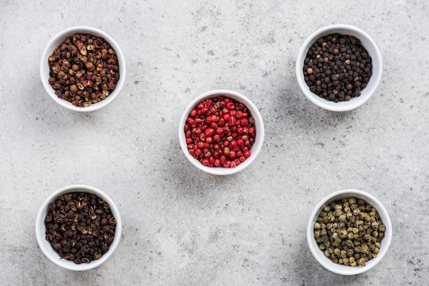 Cinq graines de piment différentes en pots,