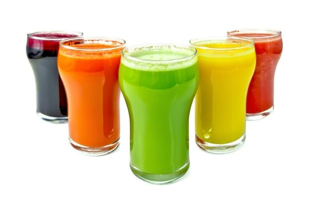 Cinq grands verres avec du jus de carotte, concombre, tomates, betteraves et citrouille isolé sur fond blanc