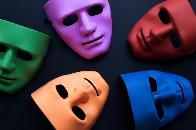 Cinq masques faciaux sur fond sombre. vue de dessus
