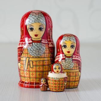Cinq matriochka rouge