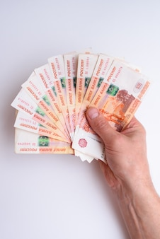 Cinq mille roubles russes en main isolés