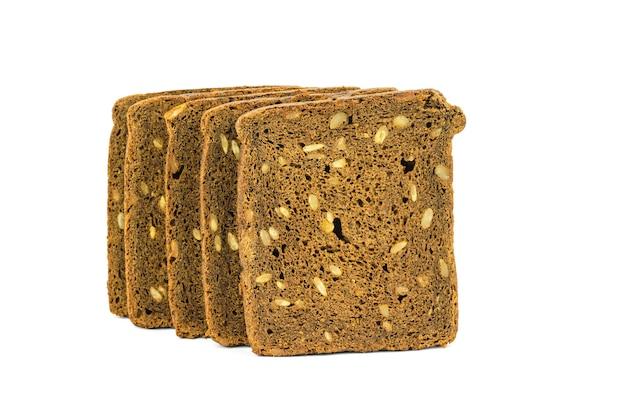 Cinq morceaux de pain moulu grossièrement isolés