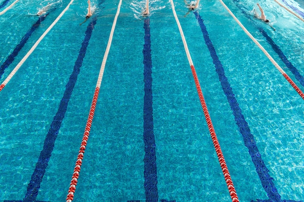 Cinq nageurs masculins s'affrontent