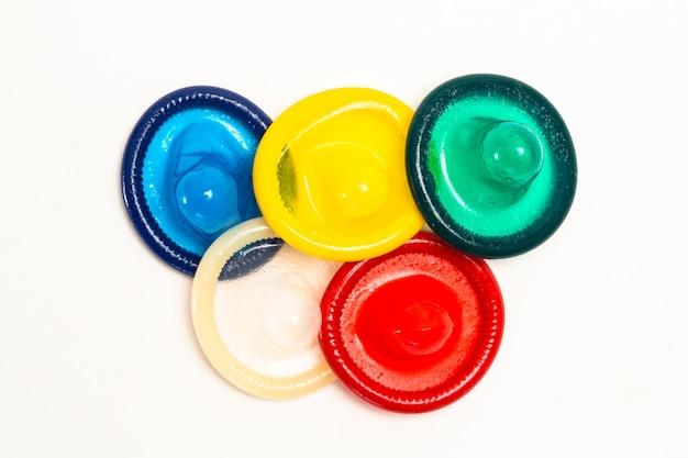 Cinq préservatifs colorés