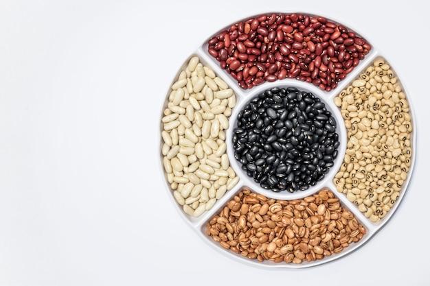 Cinq sortes de haricots, haricots verts, haricots noirs, haricots blancs, haricots rouges et haricots mulâtres.