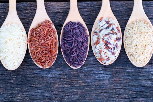 Cinq sortes de riz biologique sur plancher en bois