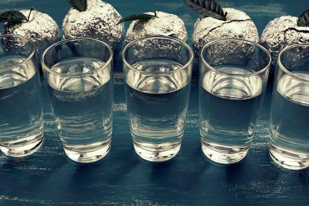 Cinq verres de boisson bleu surréalisme apple feuille bleu fond shabby.