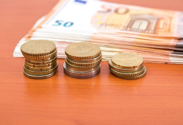 Cinquante billets et pièces en euros. concept financier.
