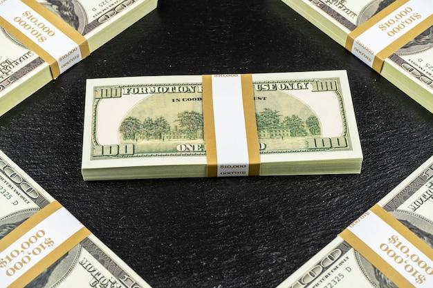 Cinquante mille dollars en espèces sur fond de pierre noire