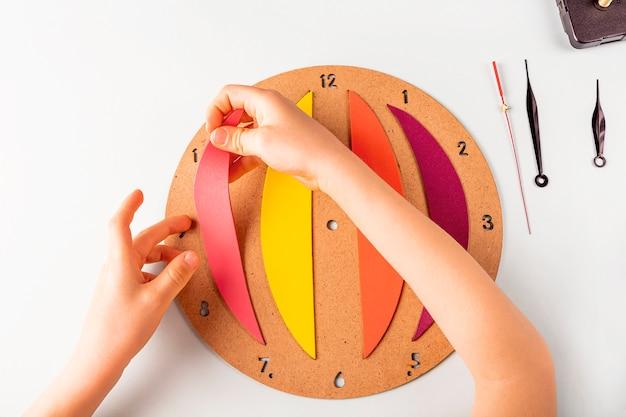 Cinquième étape de la fabrication d'une horloge murale diy