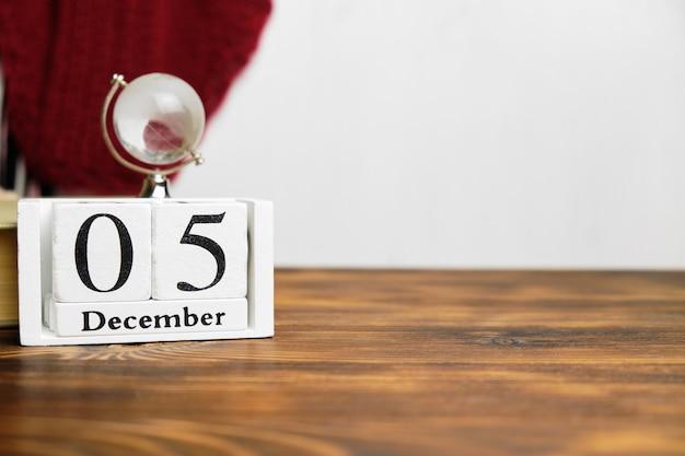 Cinquième jour du calendrier du mois d'hiver décembre avec espace de copie.