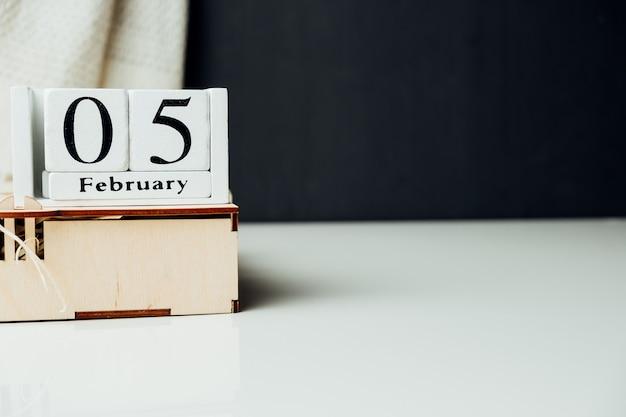 Cinquième jour du calendrier du mois d'hiver février avec espace de copie.