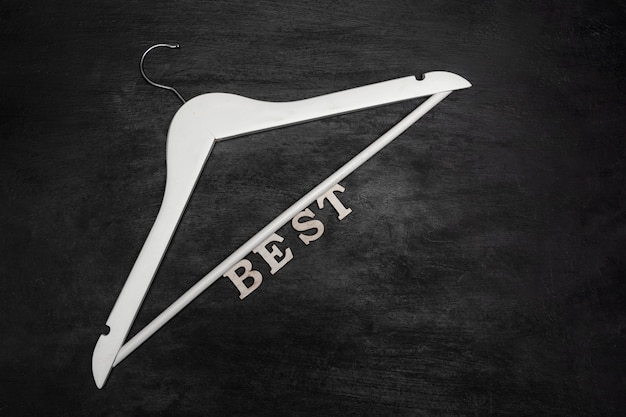 Cintre blanc et inscription best sur fond noir. meilleur prix. offre spéciale.