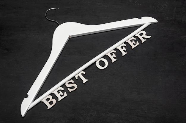 Cintre blanc avec texte meilleure offre sur fond noir. réductions. vente saisonnière. vendredi noir.