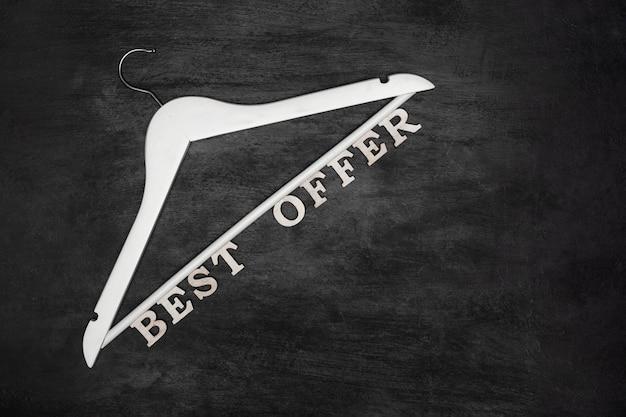 Cintre blanc et texte meilleure offre sur surface noire