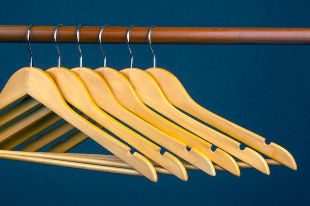 Cintre en bois vide suspendu. accessoires et articles pour ranger les vêtements.