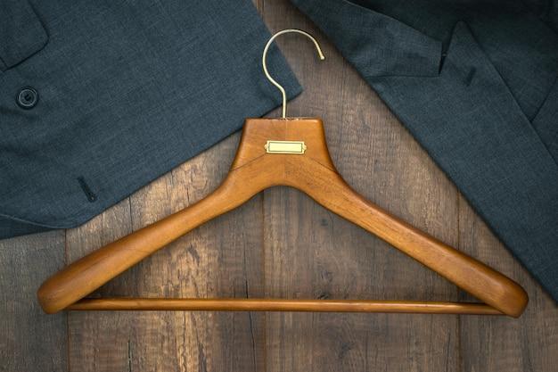 Cintre avec costume sur le concept d'entreprise de planche de bois buanderie.